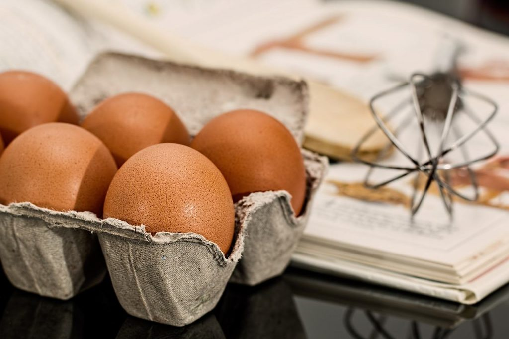 eieren zijn voeding met veel eiwitten in een eierdoos in de keuken