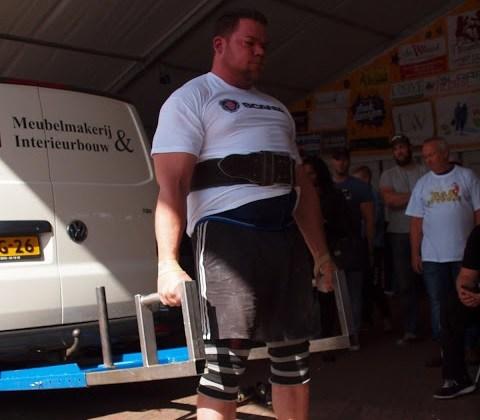 Auto deadlift door Teun Moors op een Sterkste Man van Nederland evenement
