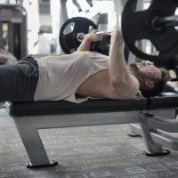 bankdrukken bench press in de sportschool door een man