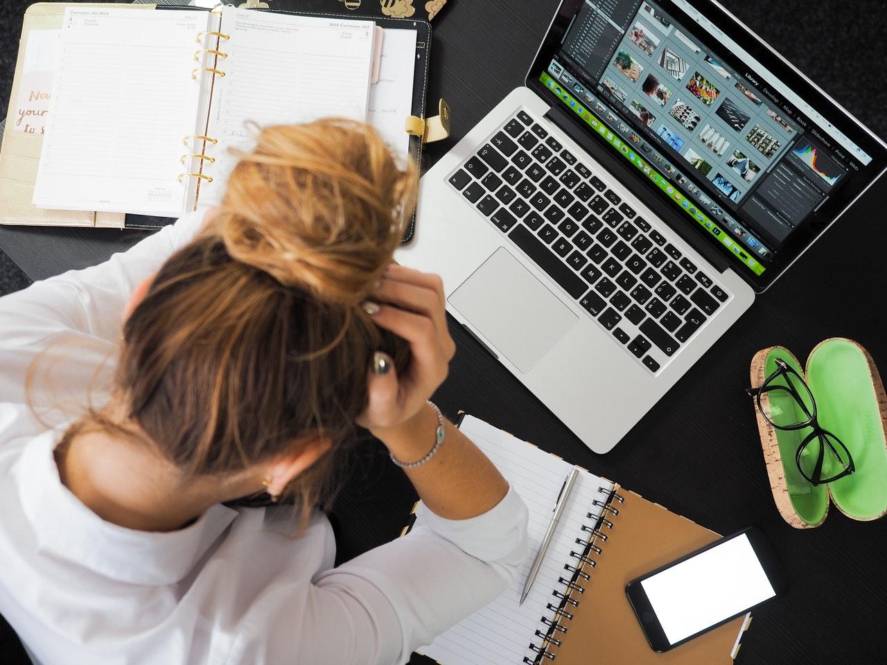 aankomen door stress door een vrouw achter een laptop