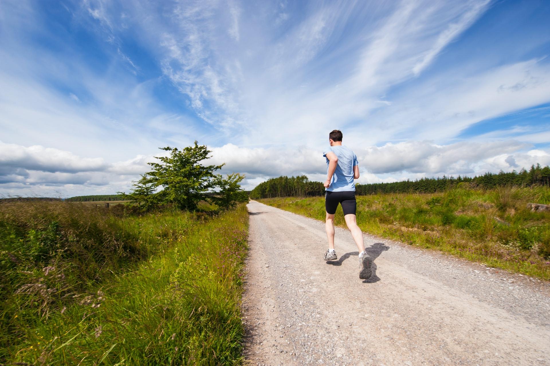 afstand meten hardlopen door een man op een onverharde weg