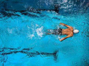 afvallen door zwemmen in een groot zwembad