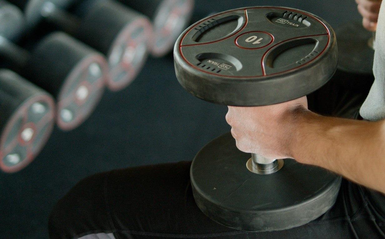 dumbbell press in de sportschool