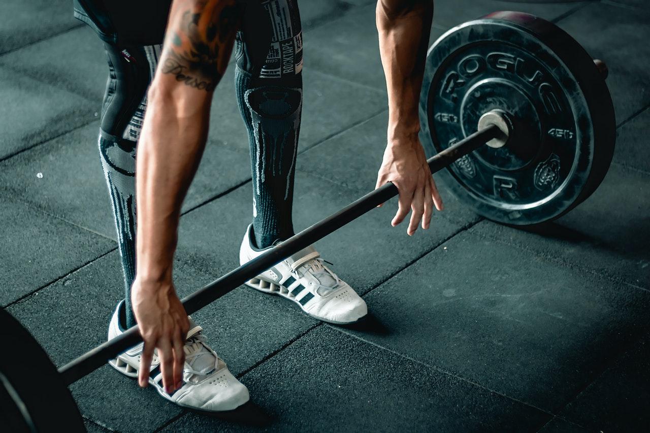 stiff leg deadlift in een sportschool