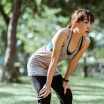 Vrouw aan het rusten tijdens conditietraining om haar v02max te verbeteren