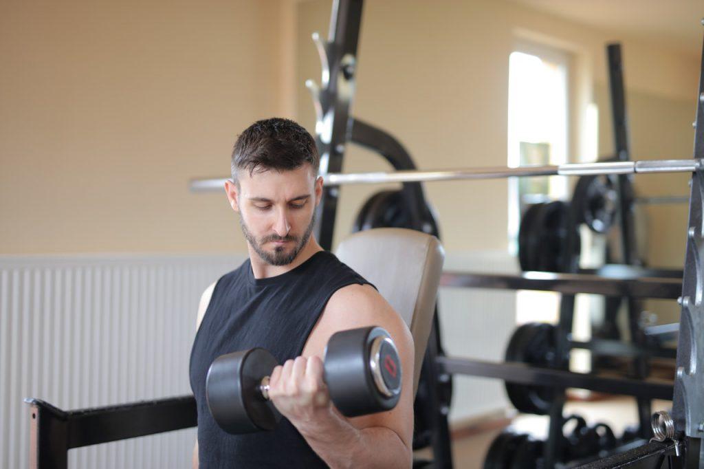 armspieren trainen met dumbbells in de sportschool