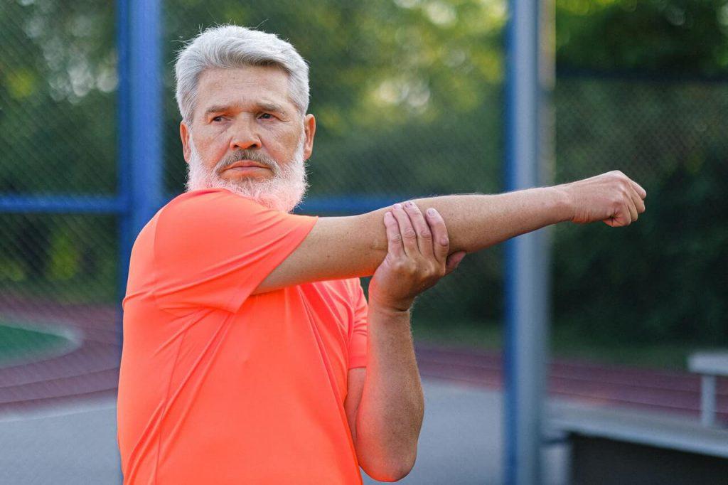 gezond ouder worden door een man met baard in een t-shirt