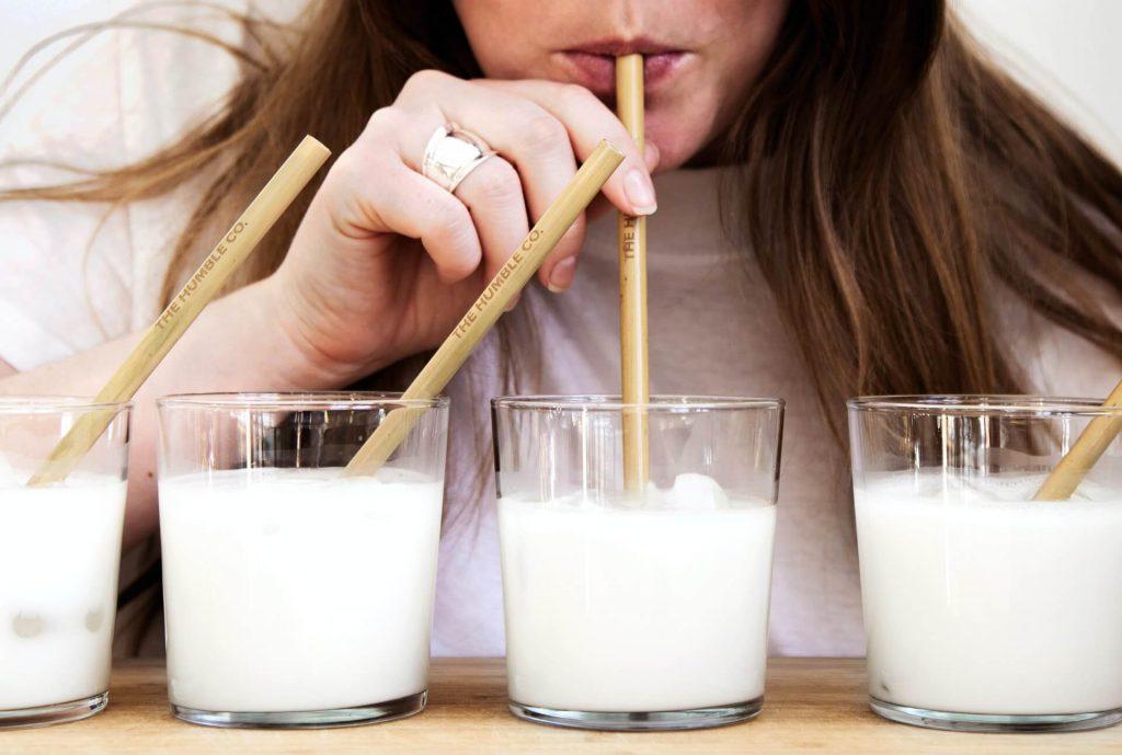melkvervangers in een glas met rietje