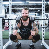 Safety bar squat door een man in de sportschool