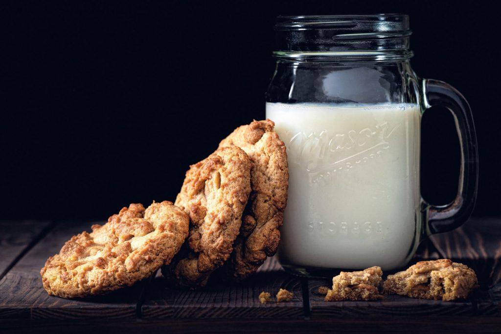 gezonde karnemelk met koekjes