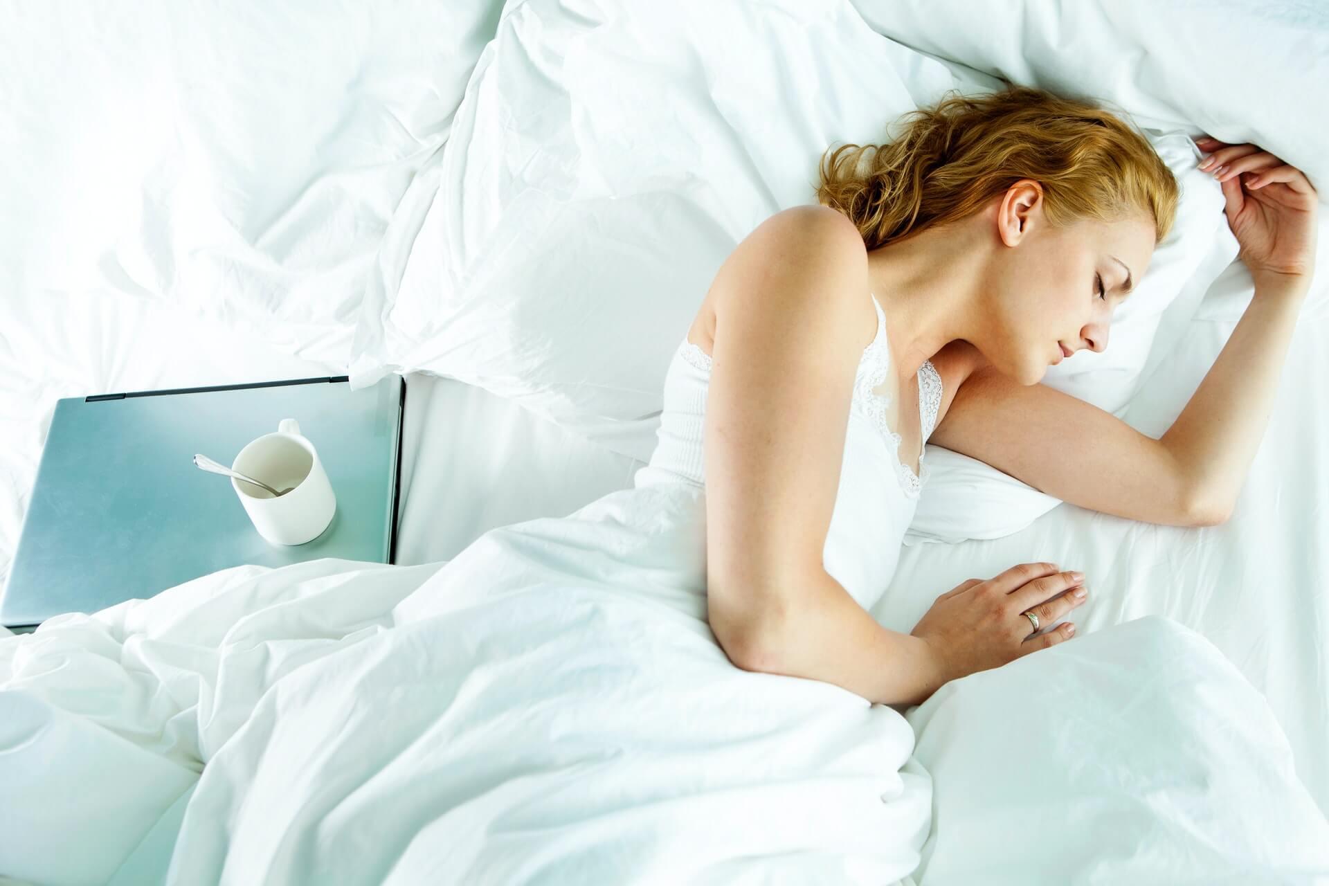 Vrouw die slaapt op haar zij