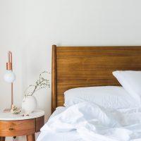 Buikspieroefeningen in bed doen met deze 5 oefeningen van Fit Tips