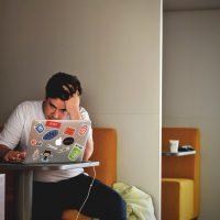 afvallen door stress door een man met een laptop