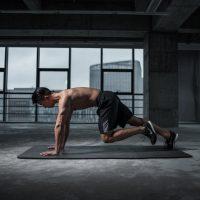 cardio oefeningen door een man zonder shirt in een open ruimte