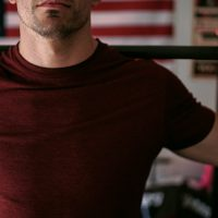 good morning oefening door een man met een rood shirt