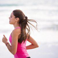 Interval training door een vrouw in een roze outfit