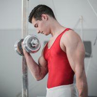 Man doet dumbbell biceps curl