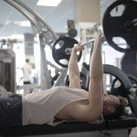 close grip bemch press door man in de sportschool