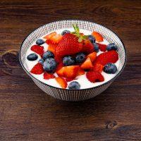 Kom kwark met fruit op een tafel